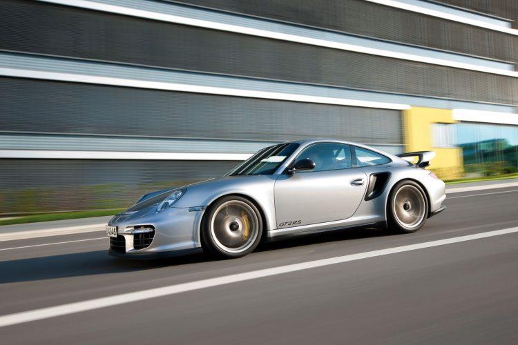 Bereits der 2010 vorgestellte Porsche 911 GT2 RS (Bild) umrundete die Nordschleife in einer Zeit von 7:18 min.