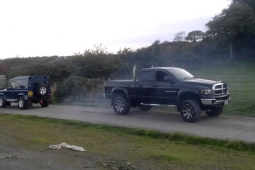 Video: Dodge Ram Cummins (5,9-Liter-V8) vs. Land Rover Defender