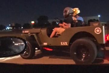 Video: Jeep Willys im Duell mit einer Corvette