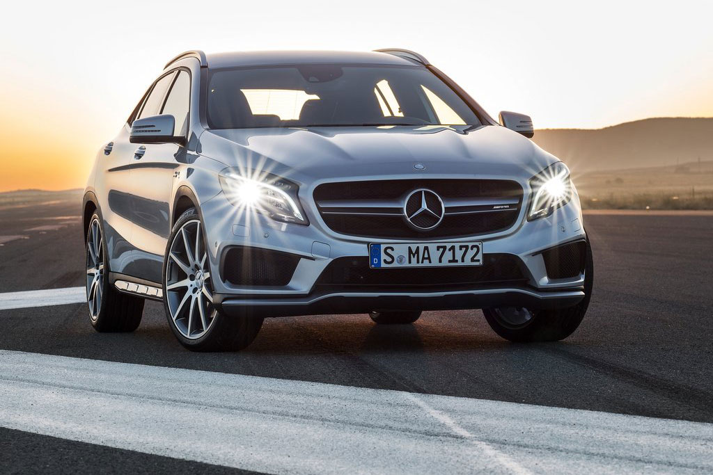 350 PS und 450 Nm stark - der Mercedes GLA 45 AMG dürfte der Haupt-Konkurrent zum BMW X1 M35i sein.