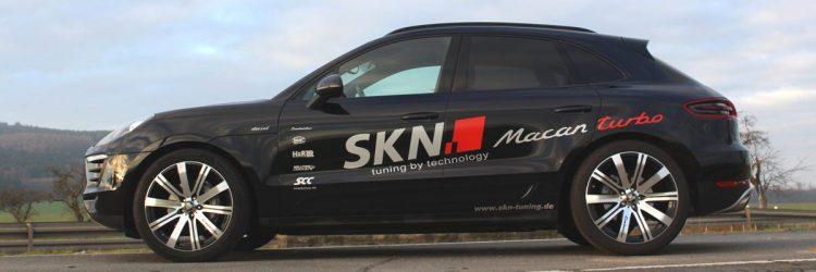 Selbstverständlich hat SKN Tuning auch passende Felgen für den Porsche Macan im Angebot. Wie diese hier montierten Lombartho LX Black im Format 9.0x21 ET40 vorn und 10,5x21 ET35 hinten. Aufgezogen sind Conti Sport Contact 5P-Reifen mit einer Breite von 265 vorn und 295 hinten.
