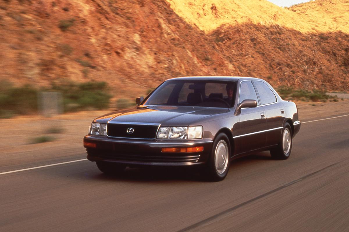 Die erste Generation des Lexus LS (1989-1994).
