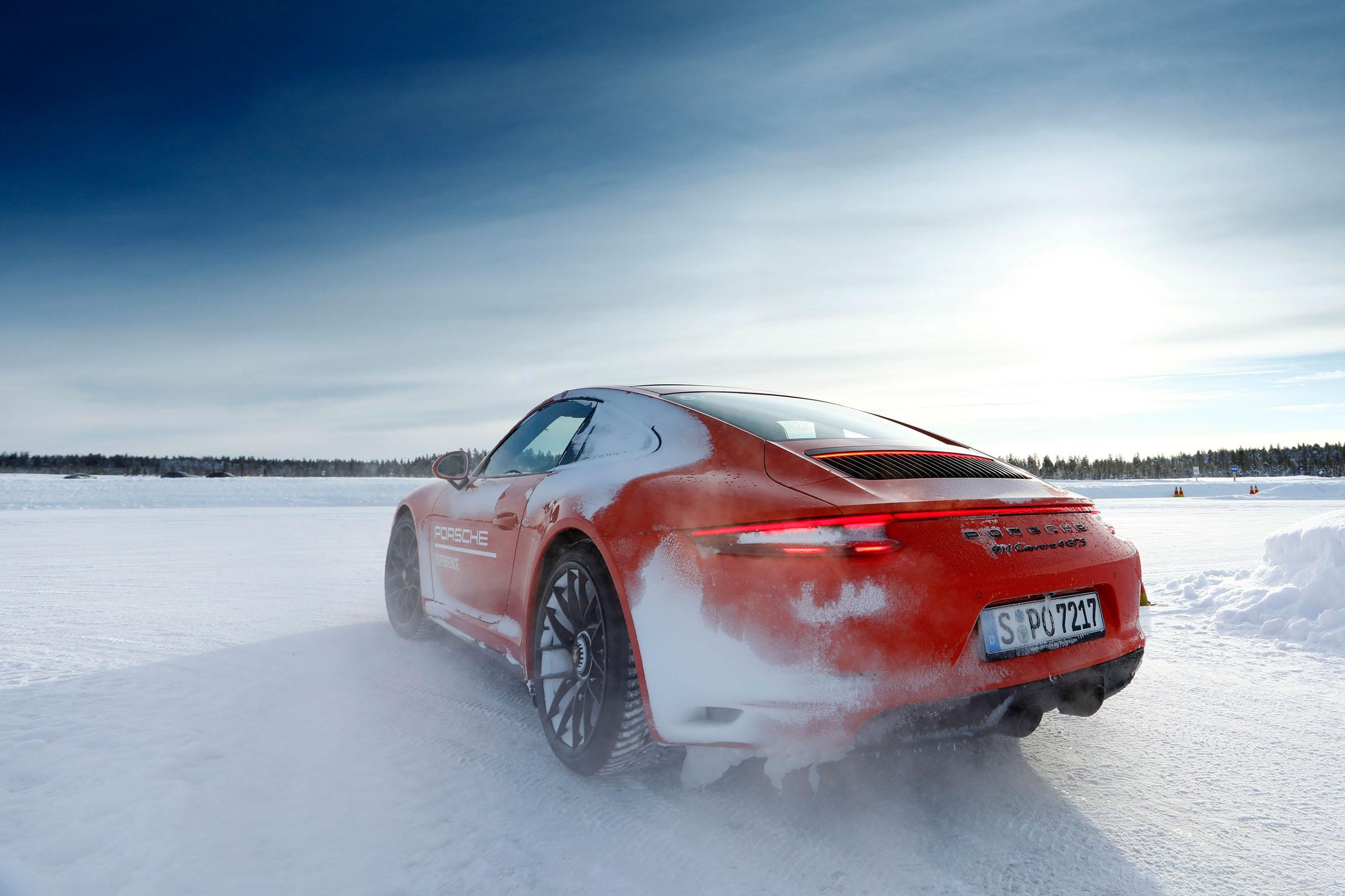 Porsche 911 Carrera 4 GTS Snow