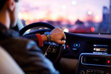 Junger Mann fährt Auto.
